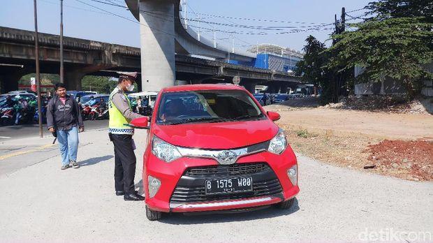Banyak pengemudi yang ditindak mengaku tak tahu bahwa Jl RS Fatmawati diberlakukan ganjil-genap