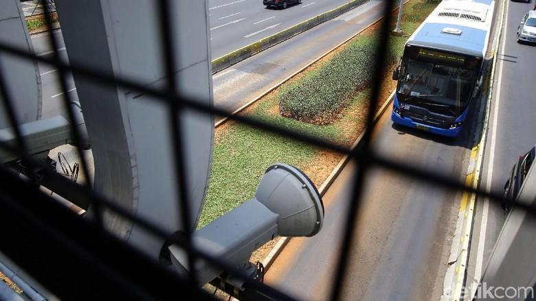 Polda Metro Jaya dan PT Transportasi Jakarta teken MoU soal tilang elektronik di busway. Penerapannya pun ditargetkan akan dimulai pada Oktober 2019 mendatang.