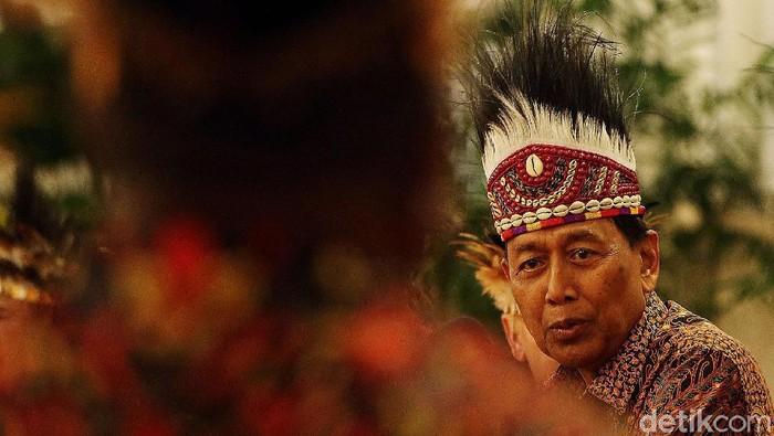 Sejumlah menteri Kabinet Kerja mendampingi Presiden Jokowi bertemu tokoh Papua dan Papua Barat, Selasa (10/9/2019). Mereka kompak memakai ikat kepala rumbai khas Papua.