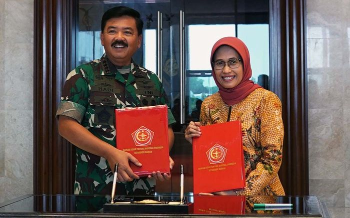 Plt Dirut PLN, Sripeni Inten Cahyani (kanan) dan Panglima TNI Marsekal, Hadi Tjahjanto (kiri) melakukan penandatanganan nota kesepahaman ( MoU ) tentang pengamanan dan pemeliharaan keandalan sistem ketenagalistrikan di Tanah Air di Markas Besar TNI, Cilangkap, Jakarta Timur, Selasa (10/9). Pool/PLN.