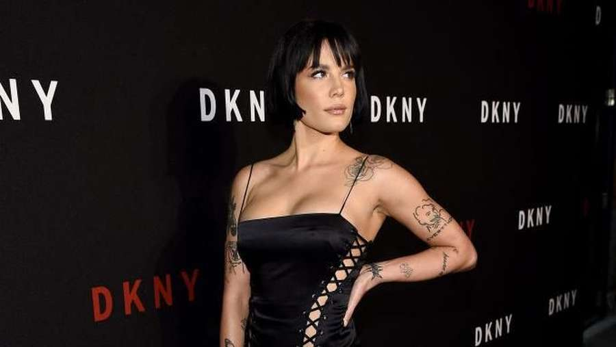 Halsey Tampil dengan Piyama Seksi di New York Fashion Week