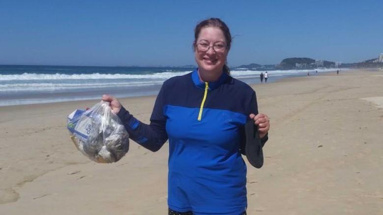 Puntung Rokok, Pembalut Bekas, Ada Ratusan Kilo Sampah di Pantai Gold Coast