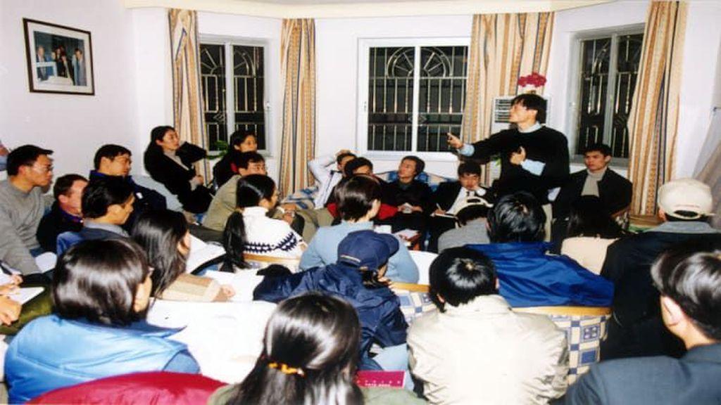 April 1999: Jack Ma berpidato di apartemennya di Hangzhou pada tahun 1999 bersama 17 pendiri Alibaba lainnya. Website pertama berbahasa Inggris bernama Alibaba.com. Kemudian marketplace untuk pasar domestik diluncurkan. Foto: Alibaba