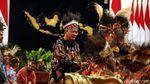 Momen Menteri Jokowi Pakai Ikat Kepala Rumbai Papua