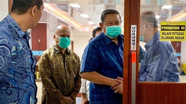 Presiden keenam RI Susilo Bambang Yudhoyono sempat menjenguk Habibie hari ini.