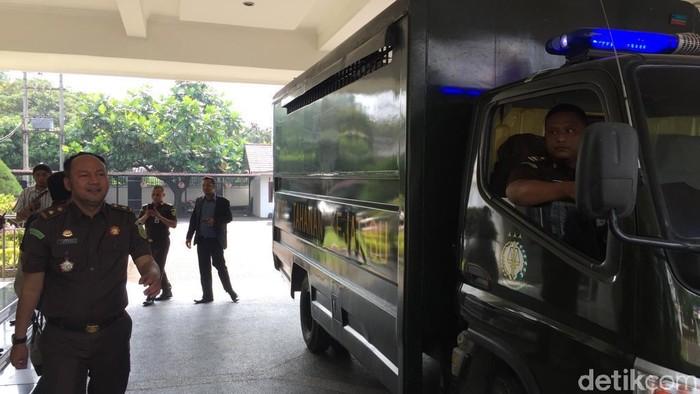 Kejati Sumut menahan Plt Kadis PU dan 2 PNS Kabupaten Madina terkait kasus korupsi (Budi Warsito/detikcom)