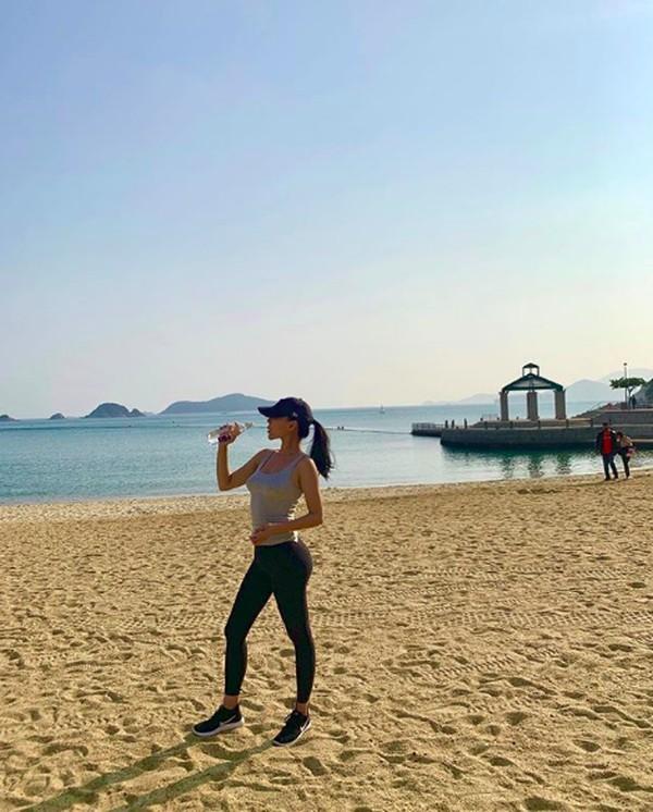 Dalam captionnya dia menuliskan What a beautiful end to a perfect day. Namun dia tidak menuliskan lokasi pantai tempat latar fotonya. (baobaowan/Instagram)
