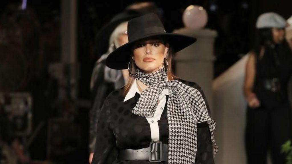 Foto: Aksi Bumil Ashley Graham Jalan di Catwalk New York Fashion Week