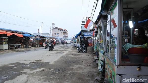Semenjak bandara berpindah ke Kualanamu dari Polonia, Medan, tak sedikit wisatawan yang mampir beli rujak di sana (Randy/detikcom)