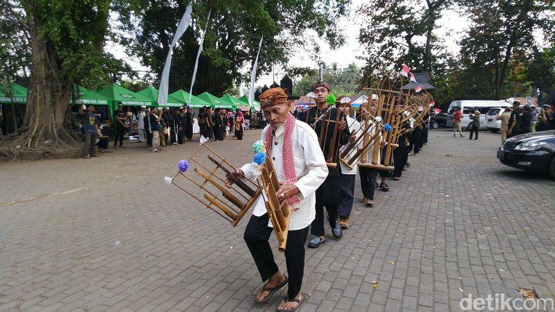 Wisatawan di Situs Budaya Ciung Wanara dan masyarakat beramai-ramai mengikuti prosesi perayaan HUT ke-10 Gong Perdamaian Dunia di Kabupaten Ciamis, Jawa Barat (Dadang Hermansyah/detikcom)