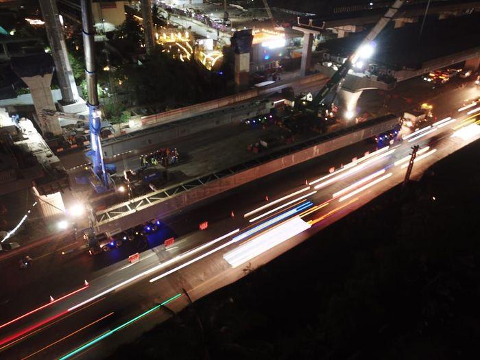 Salah satu pekerjaan mayoritas proyek Jalan Tol Jakarta-Cikampek II (Elevated) adalah pengangkatan steel box girder (SBG) yang merupakan dasar konstruksi dari jalan tol layang sepanjang 36,40 Km. Istimewa/Dok. PT Jasa Marga (Persero) Tbk.