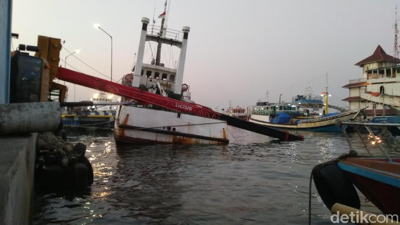 Mobil Crane Ambruk Timpa Kapal di Pelabuhan Semarang