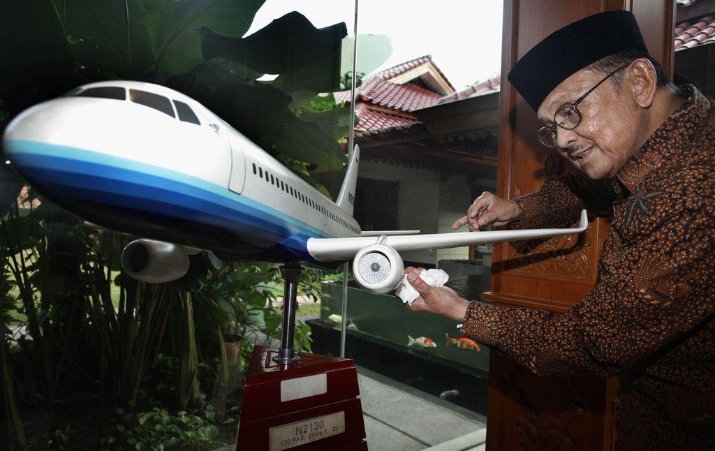 BJ Habibie selama hidupnya menorehkan prestasi di bidang teknologi, terutama penerbangan. Bahkan ia adalah sosok di balik terbangnya pesawat pertama Indonesia.