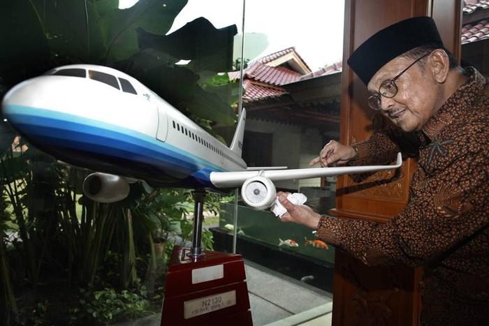 Kabar duka datang dari keluarga Bacharuddin Jusuf Habibie. Mantan Presiden RI ke-3 ini, tutup usia dalam usia 83 tahun di RSPAD Gatot Soebroto karena penyakit yang dideritanya. Foto: Istimewa