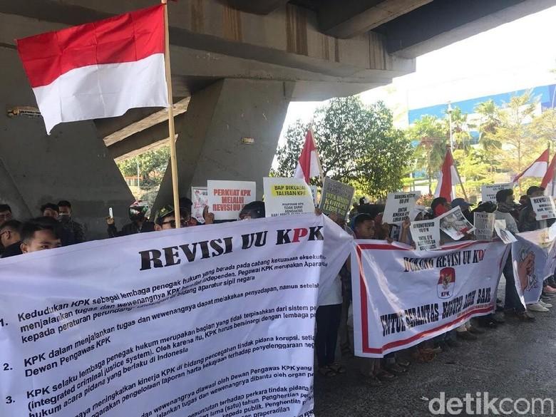 Massa Pendukung Revisi UU KPK Demo di Kolong Flyover Makassar