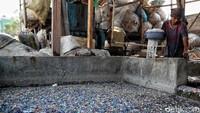 Selain itu, keberadaan bisnis pengolahan sampah plastik ini pun turut menjadi ladang penghasilan bagi sejumlah orang yang bekerja mengumpulkan sampah plastik di ibu kota. Khususnya warga sekitar lingkungan.