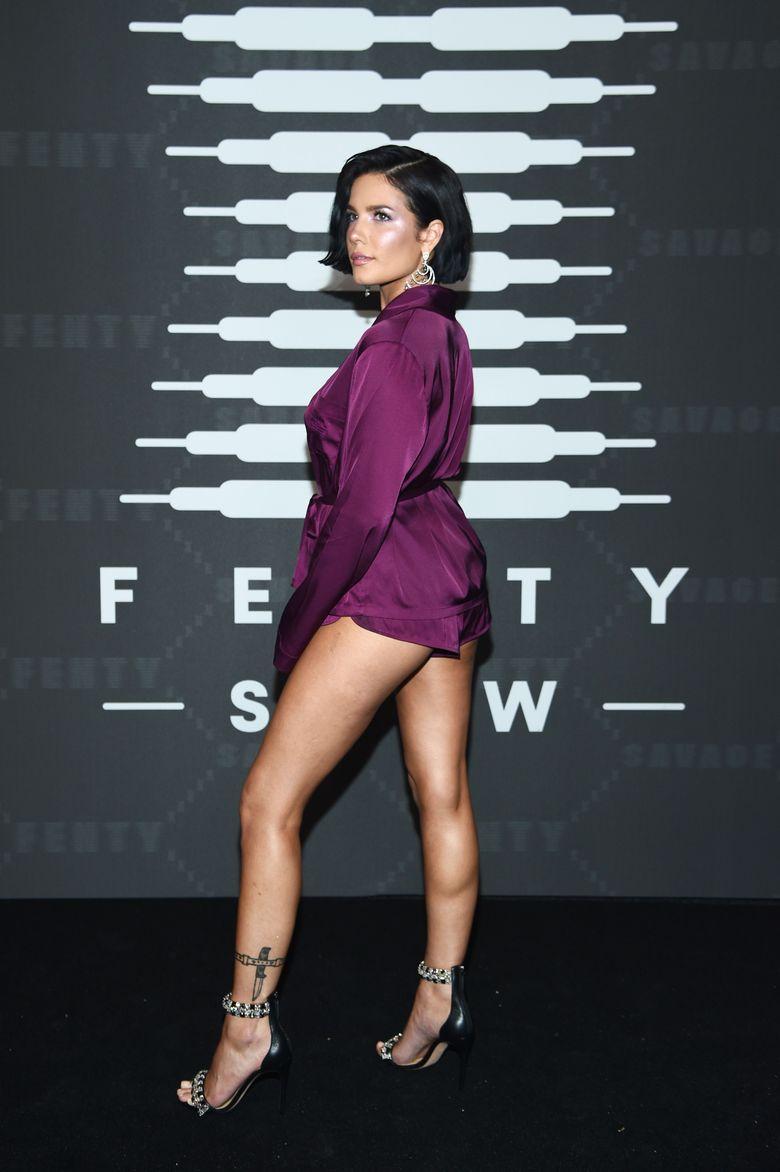 Halsey kembali jadi sorotan karena penampilannya di acara peluncuran lingerie milik Rihanna di New York Fashion Week, New York, AS pada Selasa (10/9).Dimitrios Kambouris/Getty Images for Savage X Fenty Show Presented by Amazon Prime Video