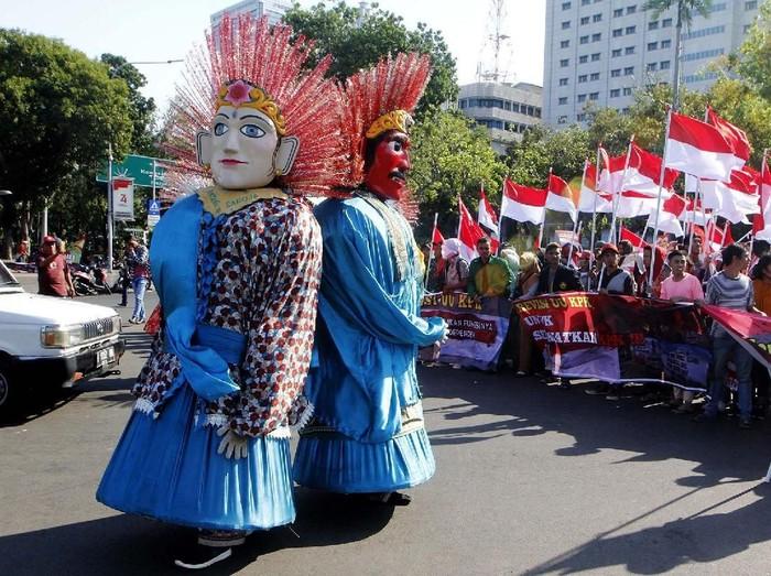 Ondel-ondel memerikan aksi mendukung Revisi UU KPK di depan Istana Merdeka, Jakarta, Selasa (10/9).