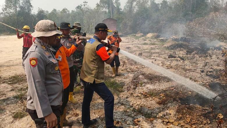 Doni Monardo Terjun ke Riau, Kaget Ada Sumur Minyak Dekat Api Karhutla