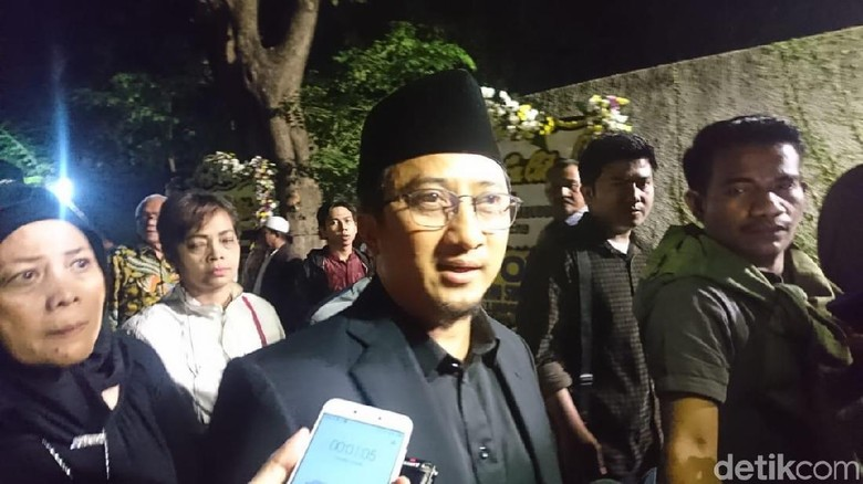Foto: Ustaz Yusuf Mansur usai melayat di rumah duka BJ Habibie. (Rolando-detikcom)