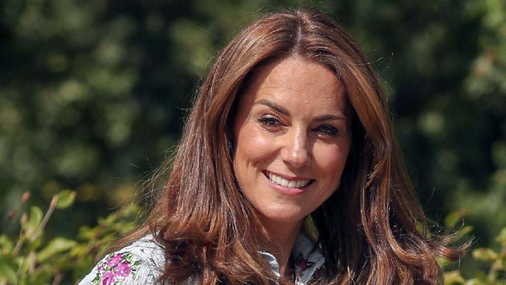 Foto: Gaya Anggun Kate Middleton saat Pamer Baju Baru Rp 28 Juta