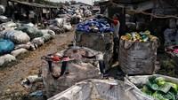 Meski memanfaatkan beragam sampah plastik yang tak terpakai, bisnis pengolahan sampah plastik ini pun terus berputar dan beraktivitas, salah satunya karena besarnya pemakaian beragam produk berbahan plastik di ibu kota.