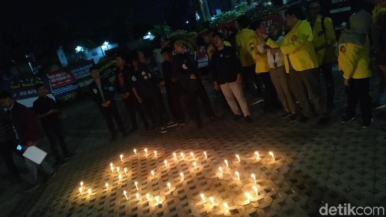 Tolak Revisi UU KPK, BEM UI-Trisakti Nyalakan Lilin SOS di KPK