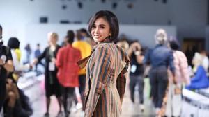 Foto: Yuni Shara Cantik Pakai Lurik Nonton New York Fashion Week