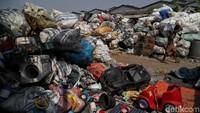 Saat mengunjungi pabrik pengolahan sampah plastik tersebut, beragam limbah plastik berbagai bentuk, ukuran, dan warna terhampar sejauh mata memandang. Berbagai limbah mulai dari produk rumah tangga hingga mainan anak-anak terlihat di kawasan itu.
