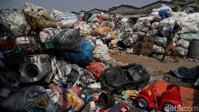 Beragam solusi terus diupayakan untuk mengurangi sampah plastik di Jakarta. Pengolahan sampah plastik pun jadi salah satu cara untuk mengurangi limbah tersebut.