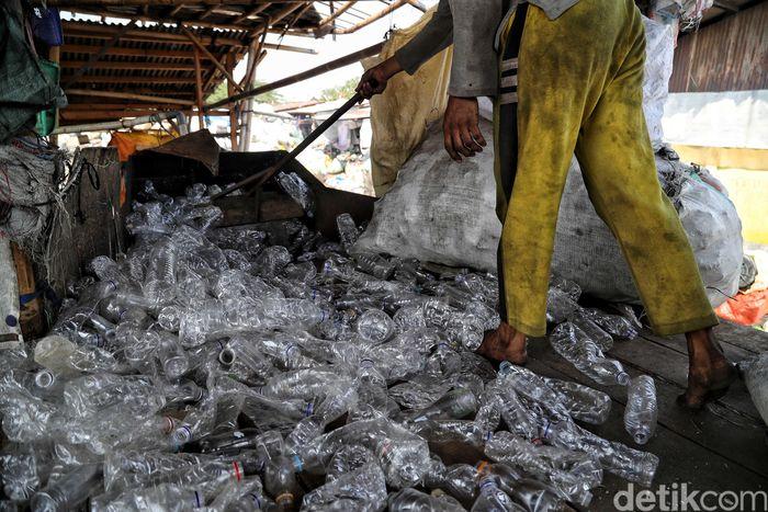 Sampah-sampah plastik tersebut dikumpulkan oleh para warga dari berbagai tempat di kawasan tersebut. Tak sedikit pula, warga yang mengumpulkan sampah plastik itu dari berbagai tempat yang jauh dari pabrik pengolahan sampah itu.