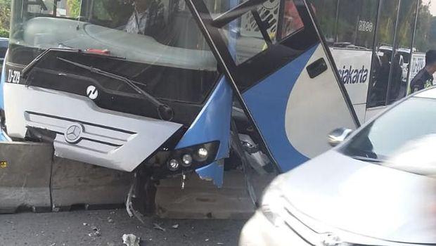 Bumper depan dan pintu bus Transjakarta hancur.