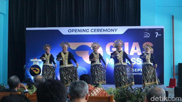 Tarian daerah khas Sulawesi Selatan dalam pembukaan GIIAS Makassar