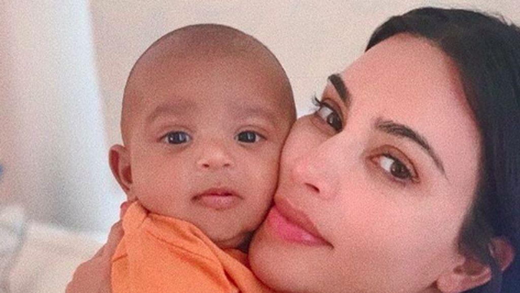 Kim Kardashian Percaya Putranya Reinkarnasi Sang Ayah