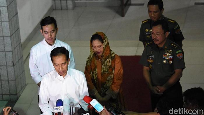 Jokowi Bersama Gibran (Belakang). (Dok. Antara Foto)