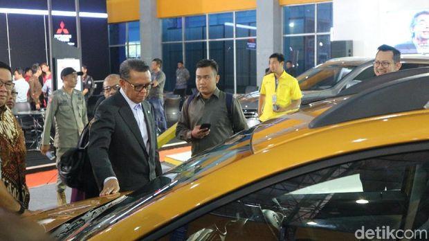 Gubernur Sulsel Nurdin Abdullah melihat mobil Renault Triber yang dipamerkan di GIIAS Makassar