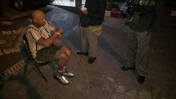 Mabuk, WN Aussie Ngamuk di Kelab Malam Bali dan Tendangi Motor