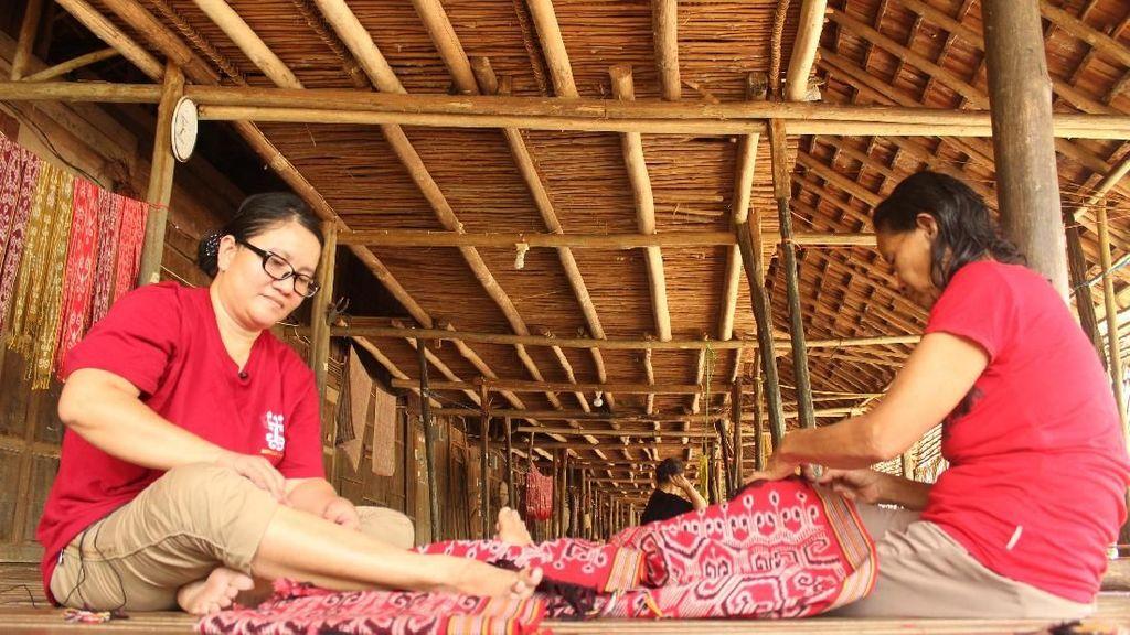 Usaha Tenun Ikat Bantu Ibu Pedalaman Sekolahkan Anak sampai Sarjana