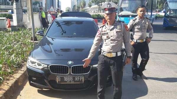 Pakai Nopol Palsu Akali Ganjil-Genap, Pengemudi Mobil Ditilang Polisi