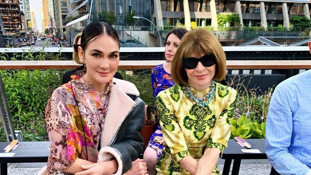 Hits! Luna Maya Pamer Foto Bareng Anna Wintour di New York Fashion Week