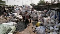 Seorang warga membawa sejumlah karung berisi sampah plastik yang telah dikumpulkannya ke salah satu area yang berada di kawasan Cengkareng, Jakarta Barat, Rabu (11/9/2019).