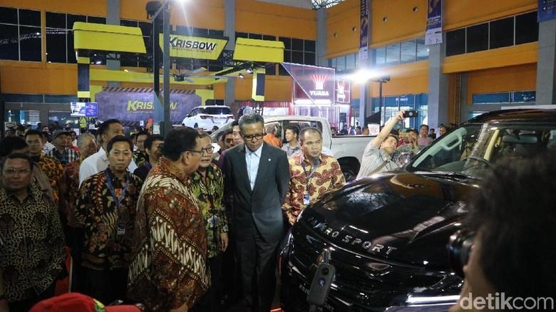 Gubernur Sulsel Nurdin Abdullah berkeliling arena pameran setelah pembukaan GIIAS Makassar. Foto: Dadan Kuswaraharja
