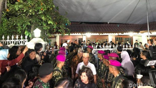 Suasana rumah duka BJ Habibie di Kuningan, Jaksel