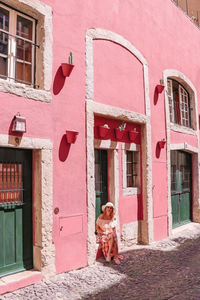 Terletak di R. Nova do Carvalho, yang ada di Lisbon. The Pink Street menampilkan jalanan dan bangunan penuh warna cantik, yang jadi destinasi wajib bagi para wisatawan. Foto: Istimewa