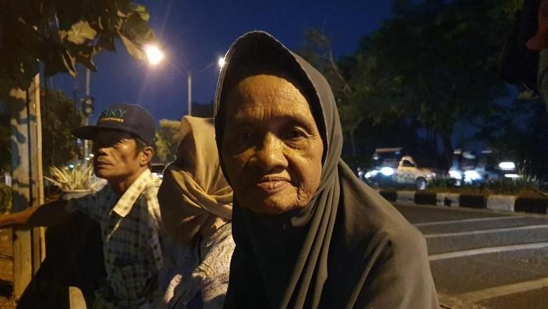Ikut Demo di Depan Kantor BPN Bekasi, Seorang Nenek Pingsan