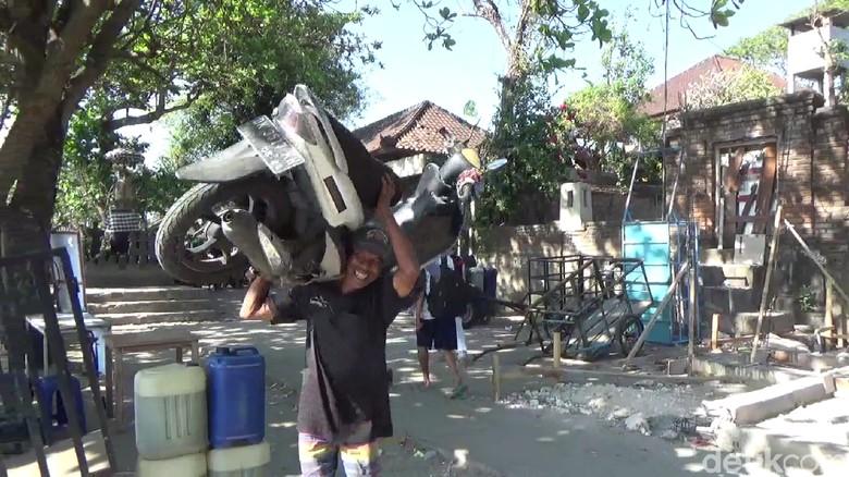 Ini Kiat Nyoman Kalor Samson Kuat Panggul Motor di Pantai Sanur