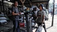 Sampah-sampah plastik yang telah dikumpulkan itu kemudian dijual kembali oleh pengepul dan siap untuk diolah kembali agar tak mencemari laingkungan sekitar.