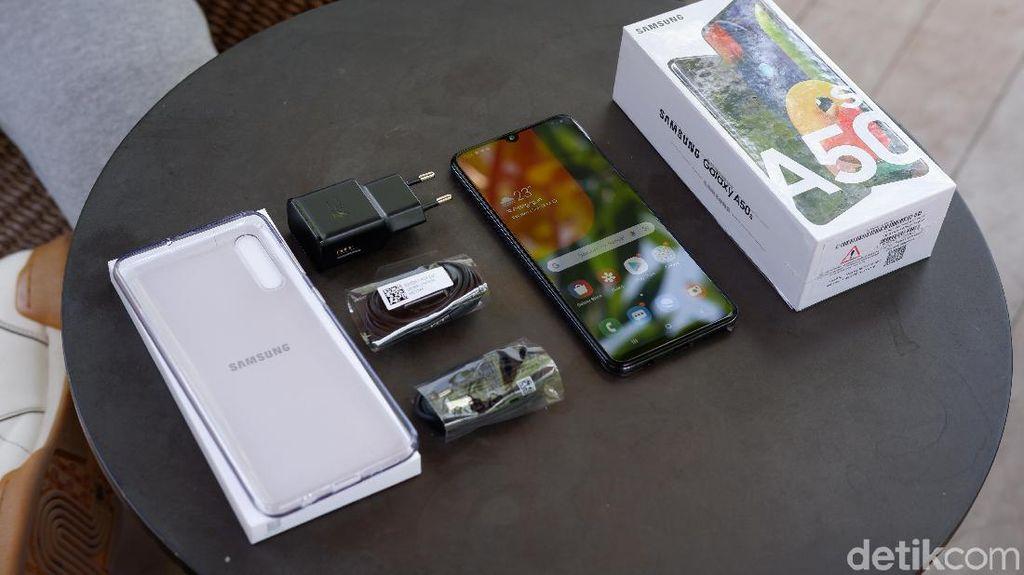 Varian yang di-unboxing berwarna hitam. Samsung menyebutnya Prism Crush Black. Foto: Adi Fida Rahman/detikINET