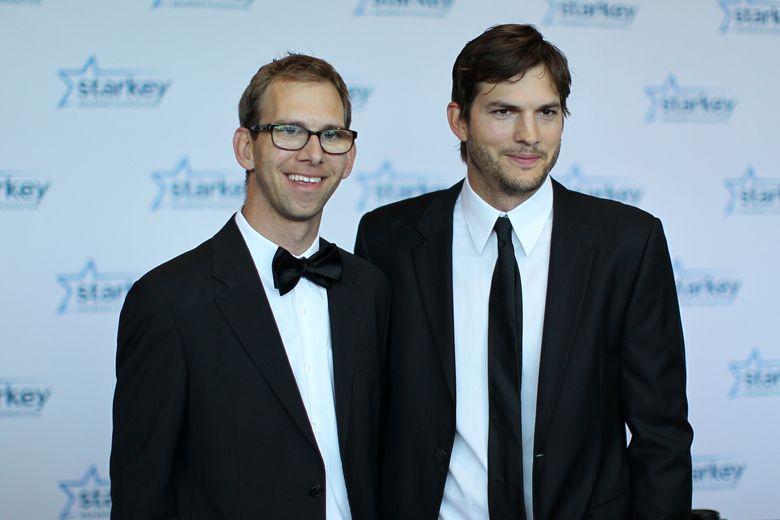Aston Kutcher memiliki kembaran yakni Michael Kutcher yang pernah terkena Cerebral Palsy.Adam Bettcher/Getty Images for Starkey Hearing Foundation