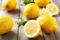 Cara menyembuhkan radang tenggorokan dengan air lemon.